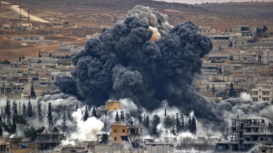 El humo se eleva desde la ciudad siria de Kobani, luego de un ataque aéreo de la coalición liderada por EE.UU. (Foto: AP)