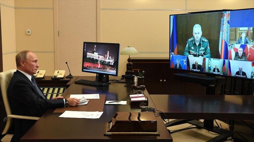 El presidente de Rusia, Vladimir Putin, en una reunion virtual con la misión rusa de mantenimiento de la paz en Nagorno Karabaj, 20 de noviembre de 2020.