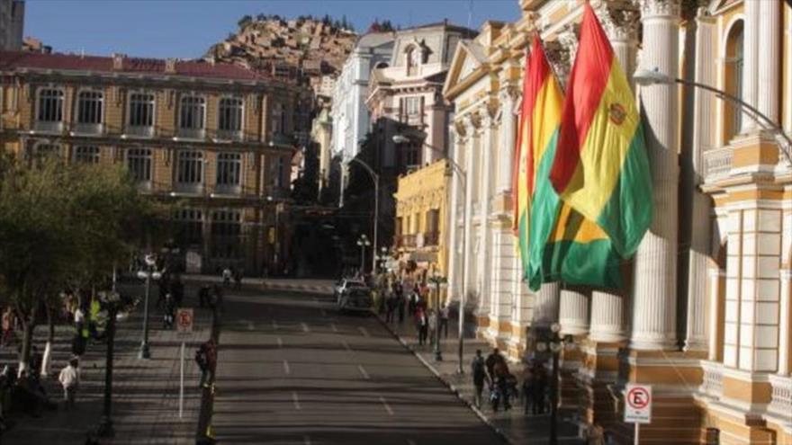 Banderas bolivianas en la fachada de la Cancillería del país andino en La Paz.