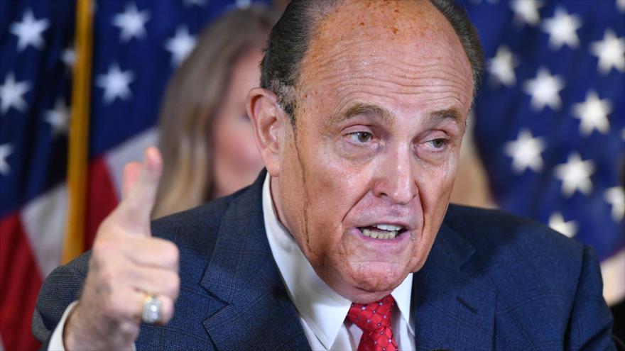 Rudy Giuliani, abogado del presidente de EE.UU., Donald Trump, ofrece una rueda de prensa en Washington, mientras chorros de tinte de pelo le caen por las mejillas, 19 de noviembre de 2020.