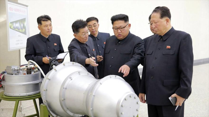 El líder norcoreano, Kim Jong-un (centro), observa un artefacto en un lugar no revelado, 3 de septiembre de 2017. (Foto: reuters)