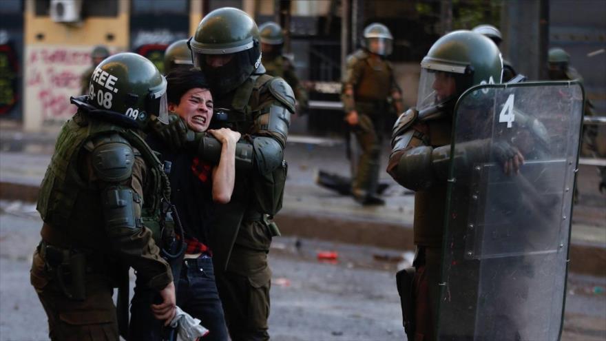 Fuerzas Especiales de Carabineros detienen a un manifestante. (Foto: EFE)