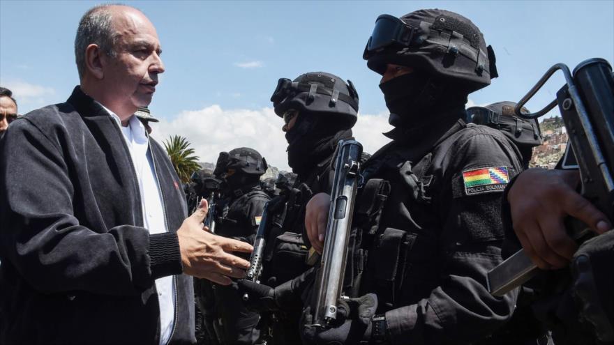 El ya exministro de gobierno de facto de Bolivia Arturo Murillo saluda a miembros del llamado Grupo Antiterrorismo (GAT), La Paz, 3 de diciembre de 2019. (Foto: AFP)