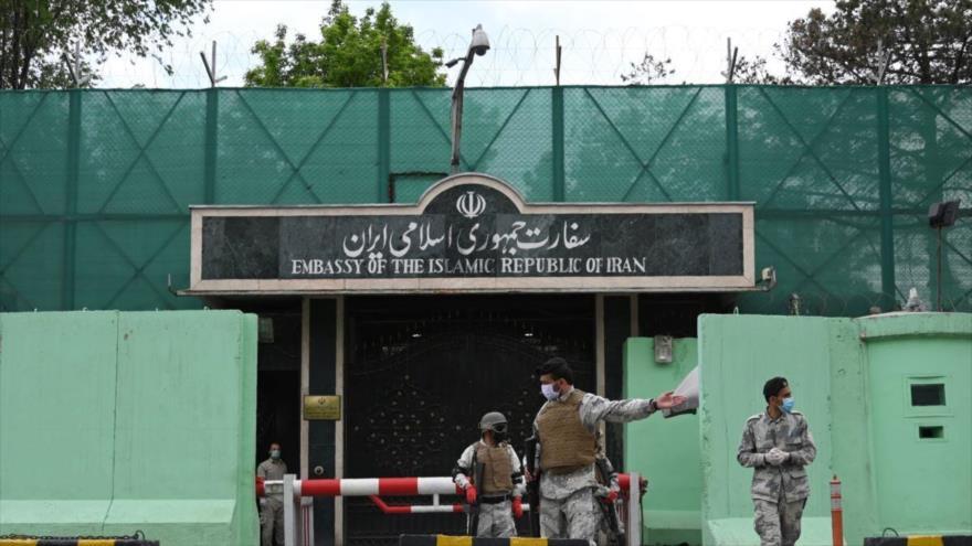 Fuerzas de seguridad afganas desplegadas frente a la embajada iraní en Kabúl, tras el impacto de un cohete, 21 de noviembre de 2020.