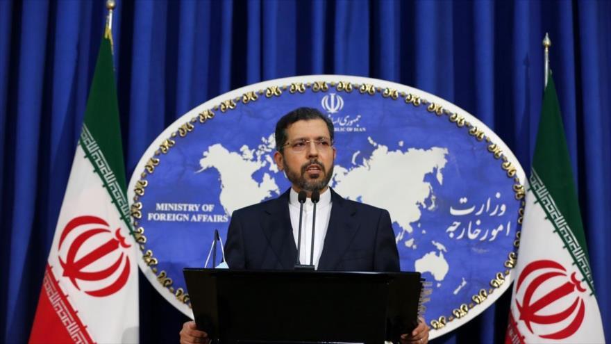 El portavoz de la Cancillería iraní, Said Jatibzadeh, habla en una rueda de prensa en Teherán, capital del país.
