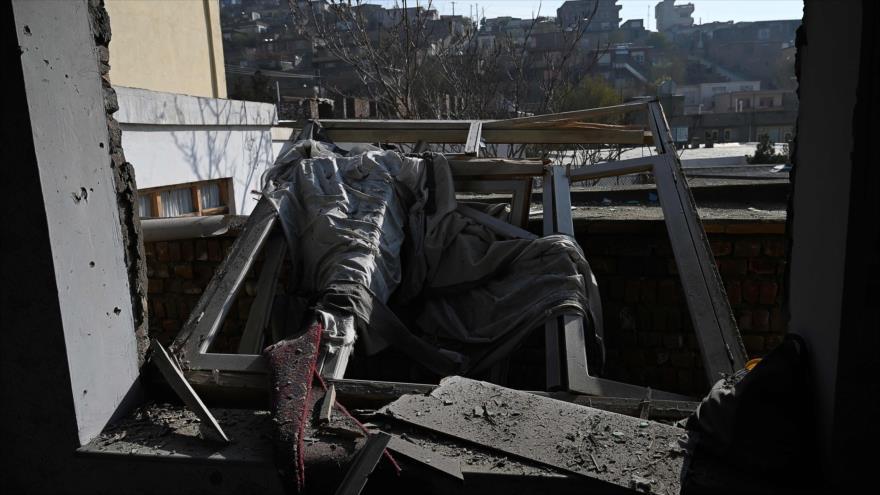 Una casa destruida en los ataque con cohetes del grupo terrorista Daesh en Kabul, 21 de noviembre de 2020. (Foto: AFP)