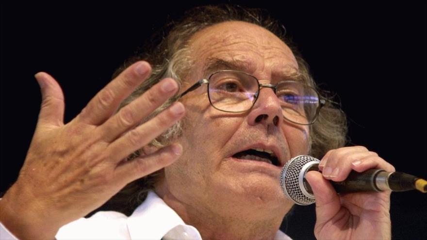 El premio nobel de la paz (1980) Adolfo Pérez Esquivel habla en un mitin.