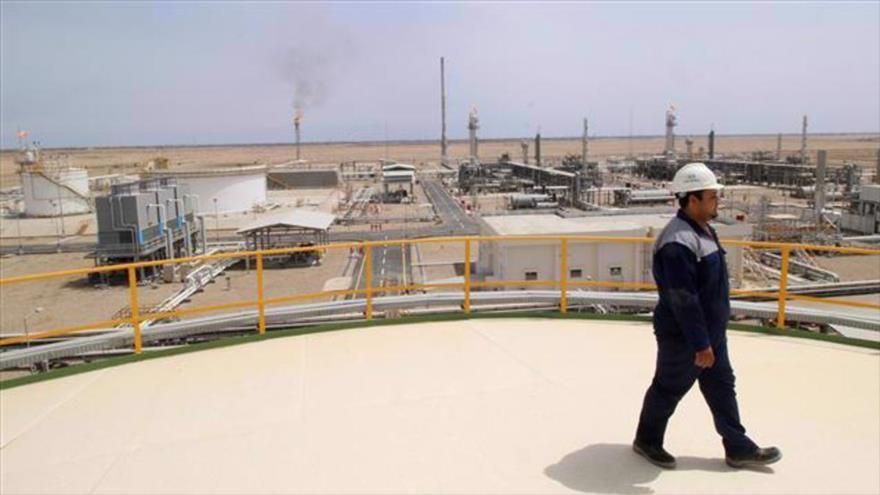 Un trabajador camina por el campo de gas de Siba, en Basora, Irak, 25 de abril de 2018 (Foto: Reuters).