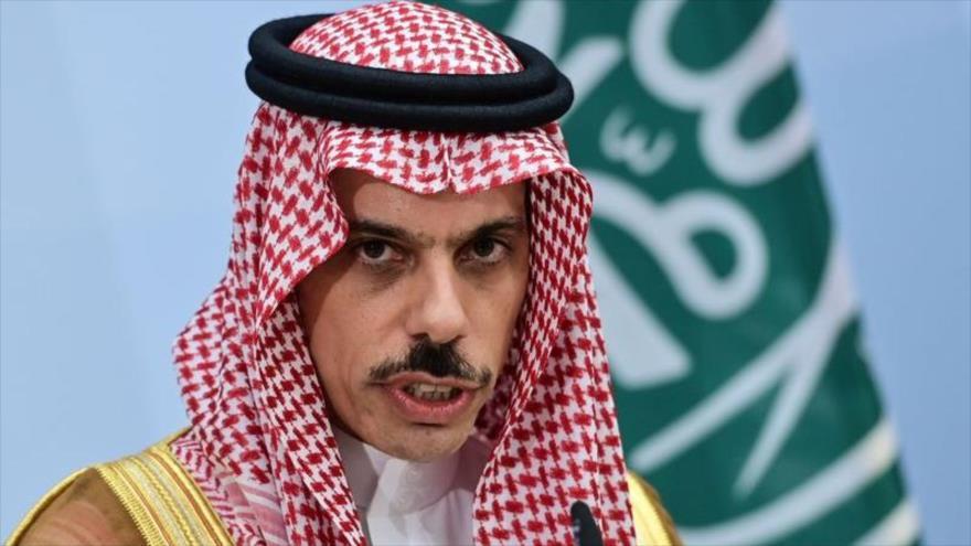 El canciller saudí, el príncipe Faisal bin Farhan Al Saud, habla en una rueda de prensa en Berilín, 19 de agosto de 2020. (Foto: AFP)