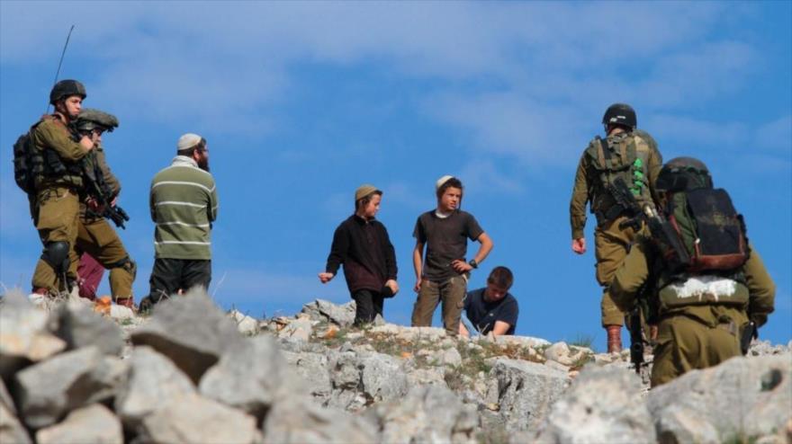 Un grupo de colonos israelíes ataca a un pueblo palestino en Al-Jalil, en el sur de la Cisjordania ocupada, 22 de noviembre de 2020.