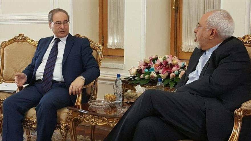 El canciller de Irán, Mohamad Yavad Zarif, y Faisal al-Miqdad, nuevo jefe de la Diplomacia de Siria, en una reunión en Teherán, capital persa.