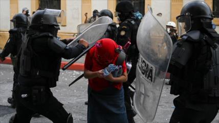 Exigen investigar abuso policial en protesta pacífica en Guatemala
