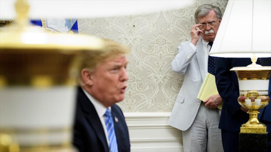 John Bolton, exasesor de Seguridad Nacional, mira de reojo al presidente de EE.UU., Donald Trump, en el Despacho Oval, el 2 de julio de 2018.