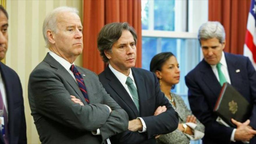 El entonces vicepresidente de EE.UU. Joe Biden junto a Antony Blinken en el Despacho Oval de la Casa Blanca, 1 de noviembre de 2013. (Foto. Reuters)