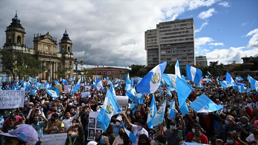 Manifestantes exigen la renuncia del presidente guatemalteco, Alejandro Giammattei, en la Ciudad de Guatemala (la capital), 21 de noviembre de 2020. (Foto: AFP)
