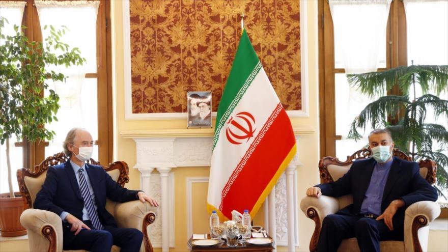 El responsable iraní, Hosein Amir Abdolahian (dcha.), reunido con el enviado especial de la ONU para Siria, Geir Pedersen, en Teherán, la capital, 22 de noviembre de 2020.