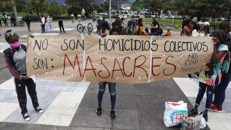 Un grupo de manifestantes denuncia masacres en Colombia frente a la Fiscalía en Bogotá, la capital, 28 de agosto de 2020, (Foto: EFE)