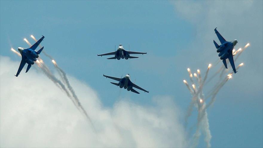 Cazas rusos Sujoi Su-27 en pleno vuelo en Dubrovichi, en las afueras de Ryazan, oeste de Rusia. (Foto: Reuters)