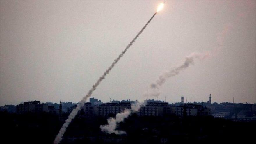 Momento del lanzamiento de cohetes por combatientes de HAMAS hacia las posiciones de los agresores israelíes.