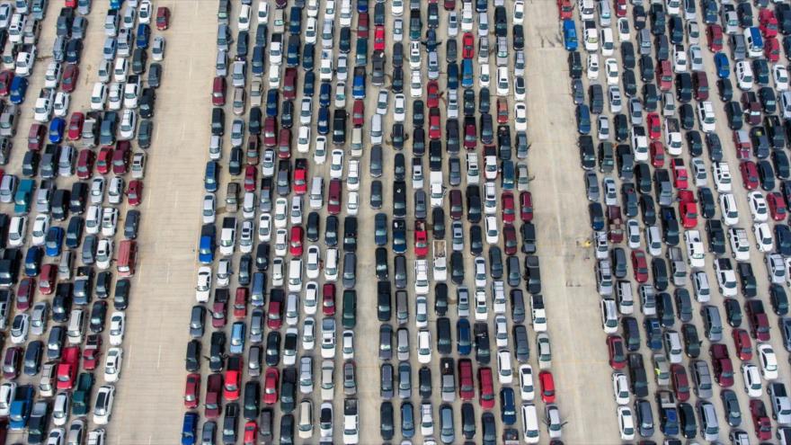 Cientos de coches guardan cola en un banco de alimentos para recibir víveres en San Antonio, Texas, 9 de abril de 2020. (Foto: William Luther)