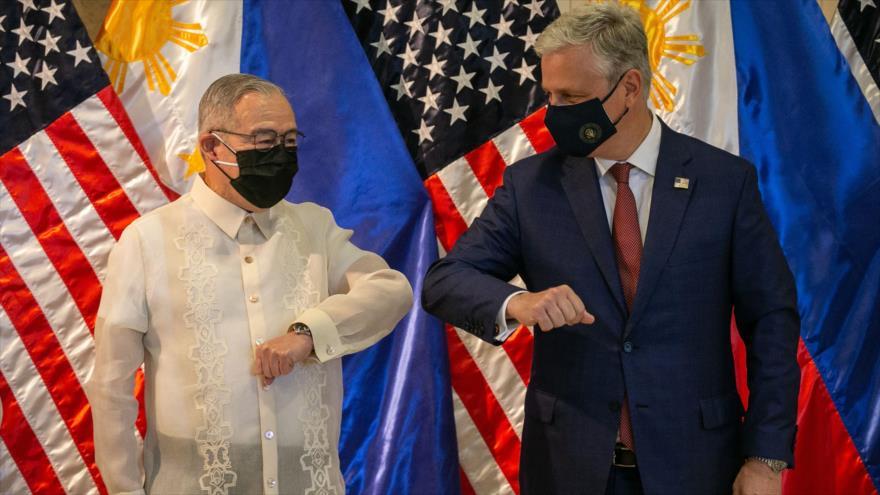 El asesor de Seguridad Nacional de EE.UU., Robert O'Brien (dcha), y el canciller de Filipinas, Teodoro Locsin, Manila, 23 de noviembre de 2020. (Foto: AFP)