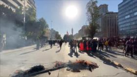 Carabineros reprimen protesta para exigir renuncia de Piñera