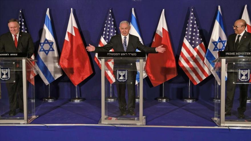 El premier israelí, Benjamín Netanyahu (C), y el canciller de Baréin, Abdul Latif al-Zayani (dcha.), en Al-Quds, 18 de noviembre de 2020. (Foto: AFP)