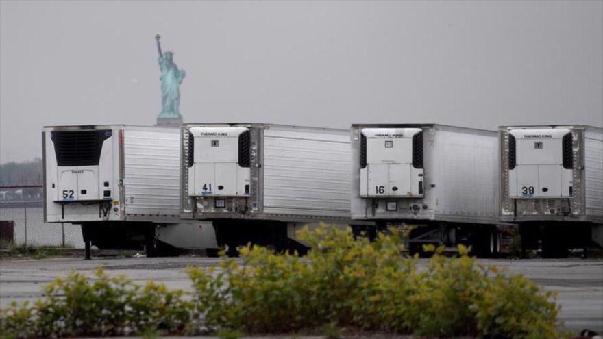 Camiones congeladores que funcionan como depósitos de cadáveres temporales en la terminal marina de South Brooklyn, de la ciudad de Nueva York.