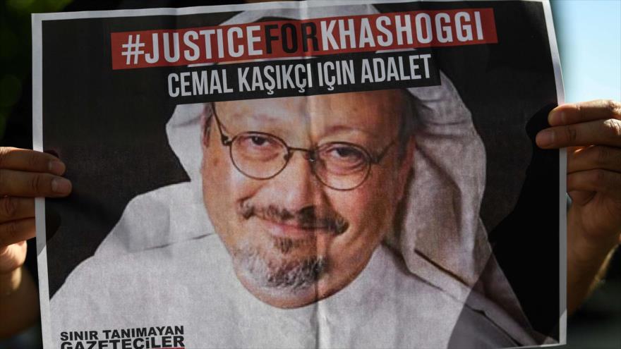 Amigos del asesinado periodista Jamal Khashoggi sostienen carteles con su foto en un evento en Estambul, Turquía, 2 de octubre de 2020. (Foto: AFP)