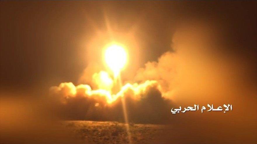 Momento del lanzamiento de un misil yemení contra objetivos en Arabia Saudí. (Foto: Al Masirah)