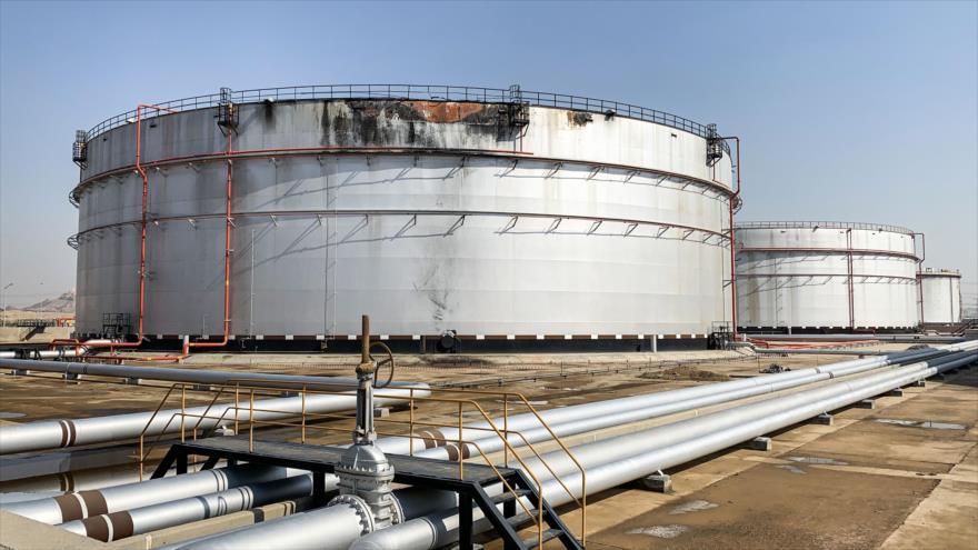 Un silo dañado en la instalación petrolera saudí Aramco en la ciudad de Yida tras el ataque misilístico del Ejército yemení, 24 de noviembre de 2020. (Foto: AFP)