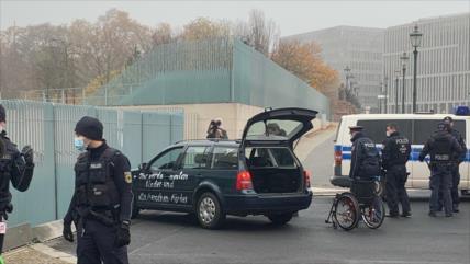 Vídeo: Un coche choca contra vallas de la oficina de Ángela Merkel