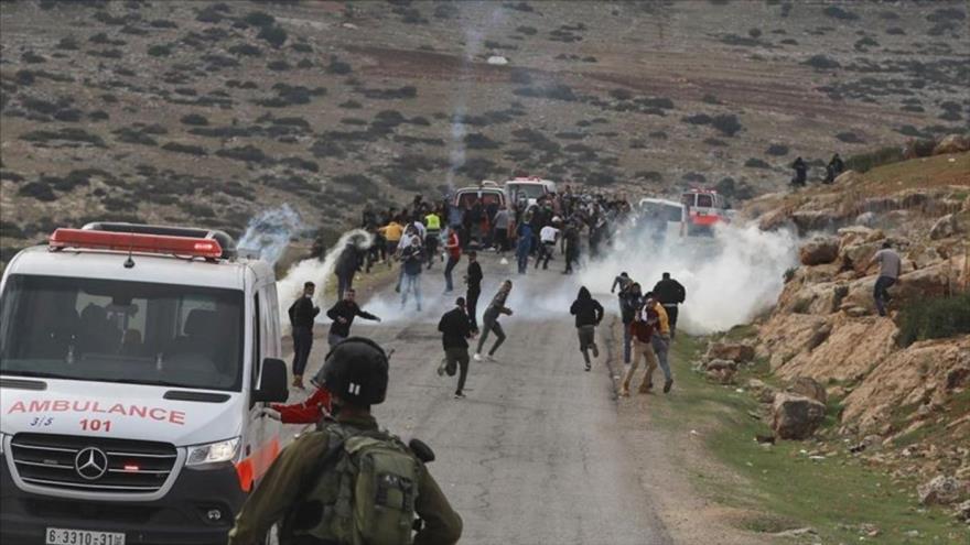 Vídeo: israelíes agreden ambulancia para sacar a palestino herido