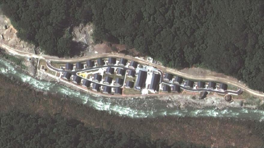 Una imagen satelital que parece mostrar la aldea china de Pangda, construida a lo largo de la frontera disputada entre La India, Bután y China. (Foto: Maxar)