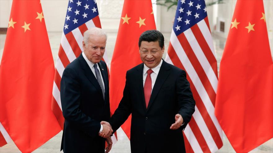 El presidente chino, Xi Jinping (dcha.), y el presidente electo de EE.UU., Joe Biden, en una reunión en Pekín, 4 de diciembre de 2013.