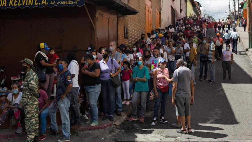 Venezolanos hacen cola en Caracas (capital) durante un simulacro para las próximas elecciones parlamentarias, 15 de noviembre de 2020. (Foto: AFP)