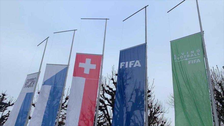 La FIFA expresa condolencias al mundo deportivo, poniendo a media asta las banderas frente a su sede en Zúrich, Suiza, por la muerte de Diego Maradona.