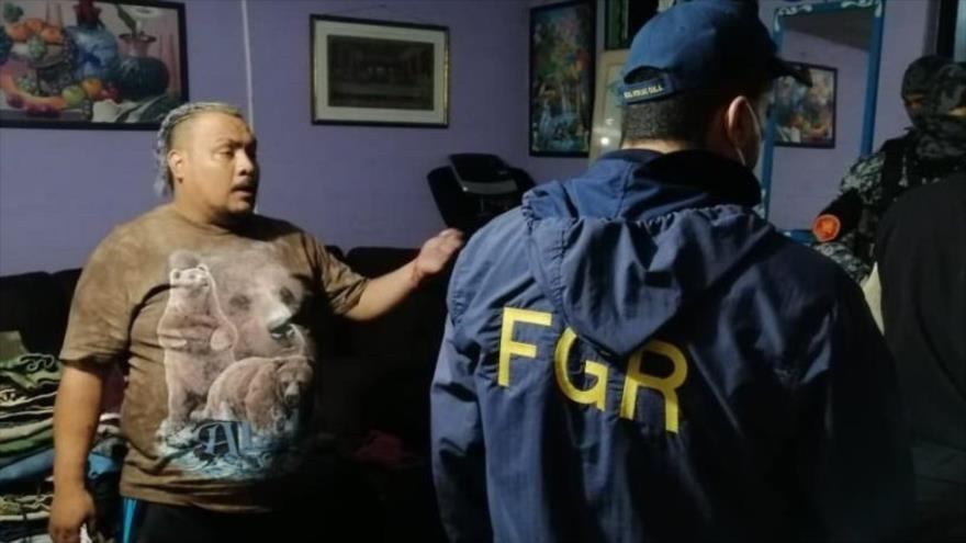 Miembros de la Fiscalía General de la República (FGR) de El Salvador realiza un allanamiento de una vivienda como parte de un operativo contra pandillas.