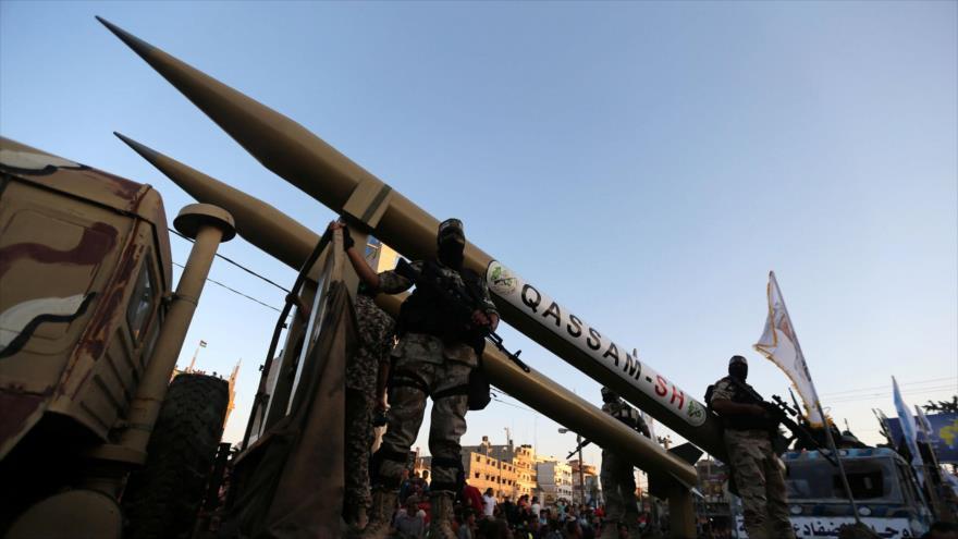 Miembros de las Brigadas Ezzedin Al-Qassam, el brazo armado del movimiento palestino HAMAS, exhiben un misil Qassam en Gaza.