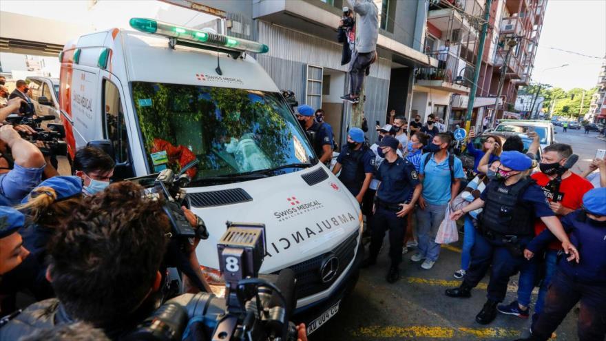 Una ambulancia que transporta al futbolista argentino Diego Maradona sale de la clínica donde el futbolista fue operado del cerebro, en Olivos, 11 de noviembre de 2020. (Foto: Reuters)