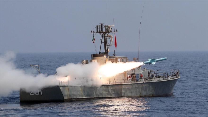 El misil de crucero Nasr, disparado desde un buque iraní, en una maniobra en el Golfo Pérsico, 11 de septiembre de 2020. (Foto: AFP)