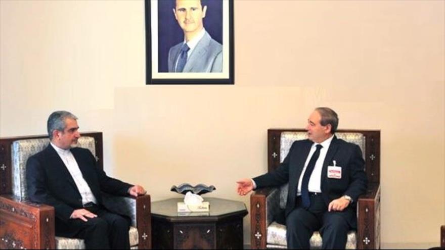 El canciller de Siria, Faisal al-Miqdad (dcha.), y el embajador de Irán en Damasco, Yavad Torkabadi, 28 de noviembre de 2020. (Foto: SANA)