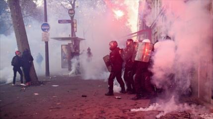 Policía gala lanza gases lacrimógenos contra marcha en París