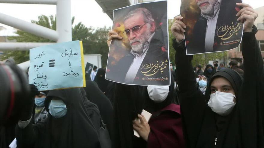Manifestantes en Teherán piden una respuesta contundente al asesinato del científico iraní Mohsen Fajrizade, 28 de noviembre de 2020. (Foto: IRNA)