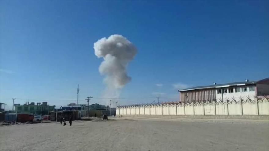 Una columna de humo se eleva tras un ataque terrorista en Ghazni, este de Afganistán, 29 de noviembre de 2020.