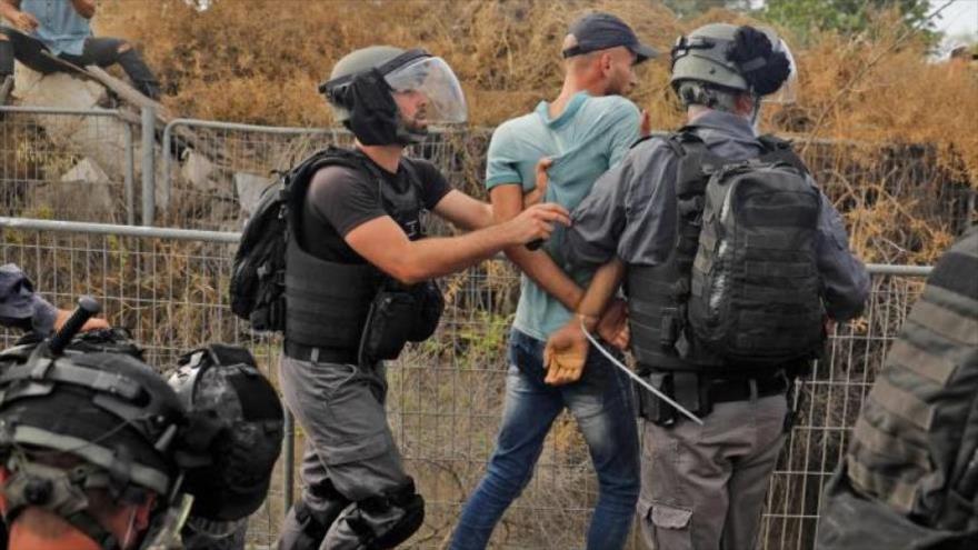 Fuerzas de seguridad israelíes detienen a un palestino durante las protestas cerca de la ciudad de Arara, 14 de mayo de 2020. (Foto: AFP)
