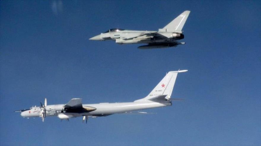 Un caza británico Typhoon intercepta un bombardero Tu-142 Bear F de la patrulla marítima de Rusia.