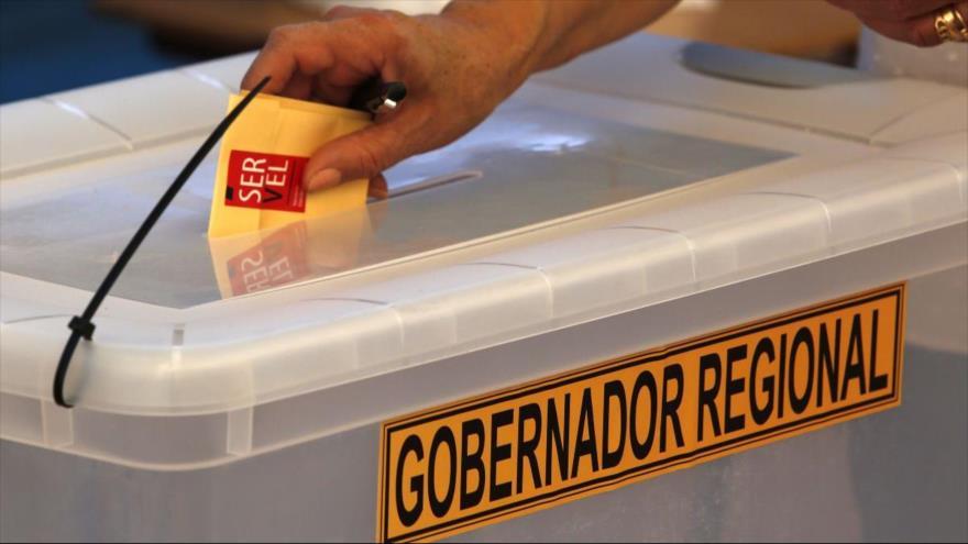 Un chileno participa en las elecciones primarias para gobernadores regionales, 29 de noviembre de 2020. (Foto: Aton Chile)
