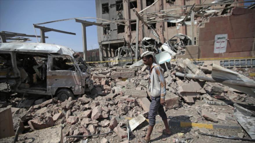 Un hombre camina entre los escombros generados por el ataque de los cazas saudíes en Saná, capital de Yemen.