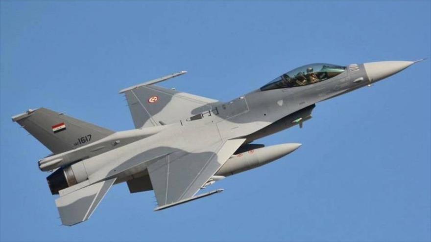 Un avión de combate F-16 del Ejército iraquí en pleno vuelo.